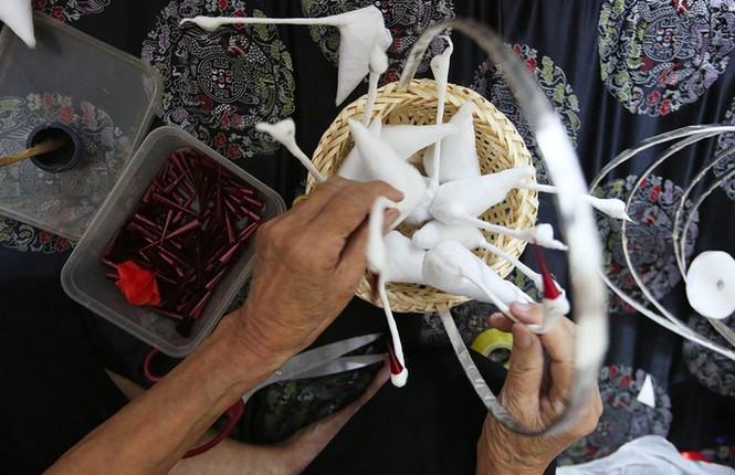 Người phụ nữ hơn 70 năm làm thiên nga bông ở Hà Nội - ảnh 4