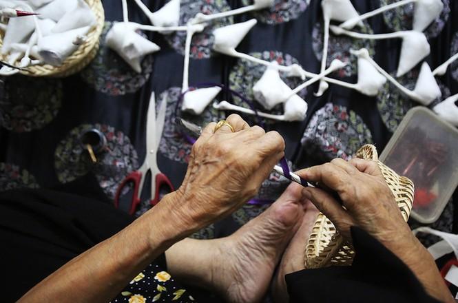 Người phụ nữ hơn 70 năm làm thiên nga bông ở Hà Nội - ảnh 8