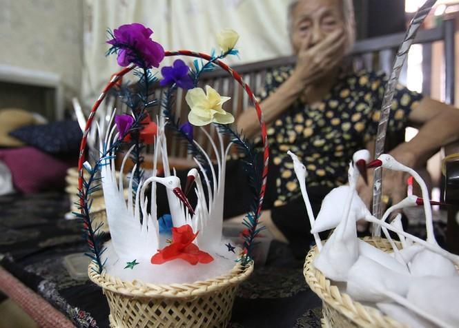 Người phụ nữ hơn 70 năm làm thiên nga bông ở Hà Nội - ảnh 9