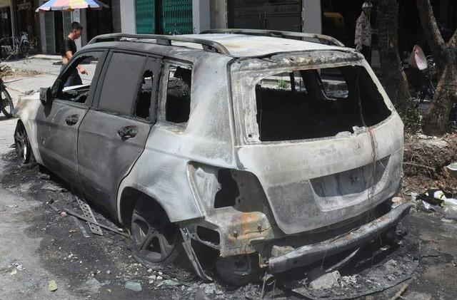Xe Mercedes cháy rụi trong đêm, nghi bị đốt - ảnh 1