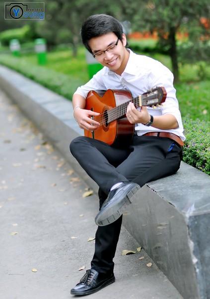 Làm dáng với đàn thể hiện tình yêu ca hát