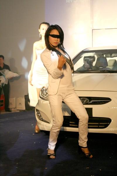 Kiều nữ thả dáng bên Hyundai Accent - ảnh 4