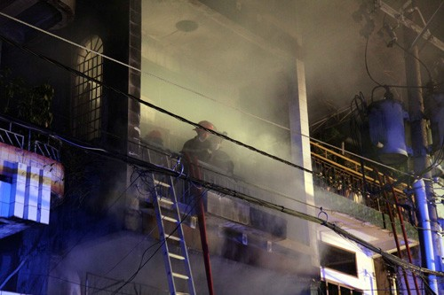Khói trong nhà vẫn bốc nghi ngút sau khi đám cháy được dập tắt