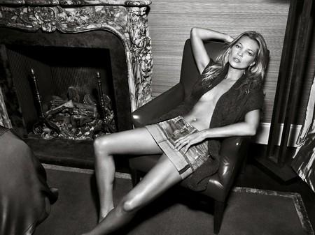 Kate Moss cởi áo khoe... quần - ảnh 2