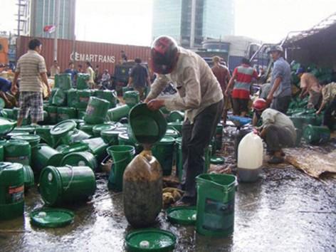 """Can, thùng, chậu được huy động để múc xăng hôi được """"nhờ"""" tai nạn lật xe ở quốc lộ 1A, đoạn qua thị trấn Thiên Tôn (Hoa Lư, Ninh Bình) hồi tháng 7/2013"""