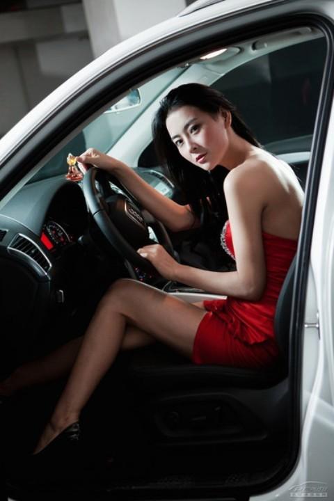 Chân dài đọ nhan sắc với xế hộp Audi - ảnh 14