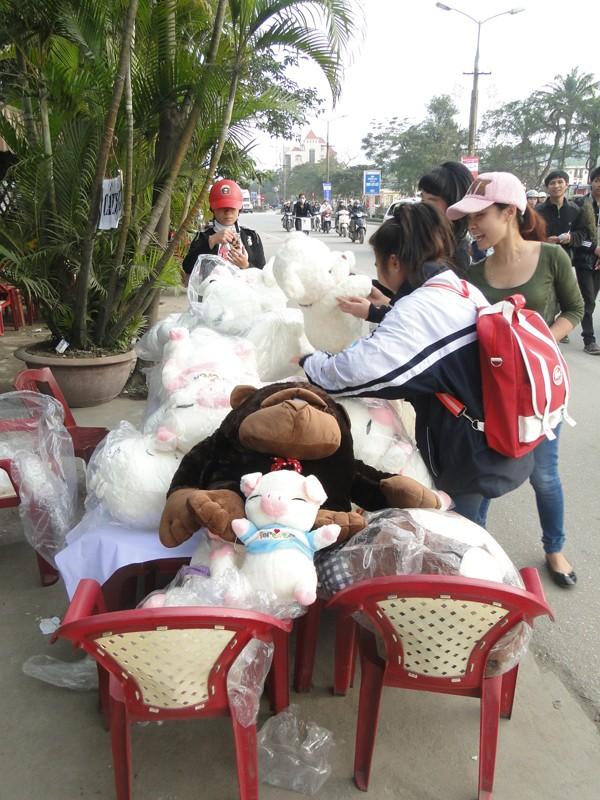 Thú nhồi bông làm quà tặng được bày bán trên phố