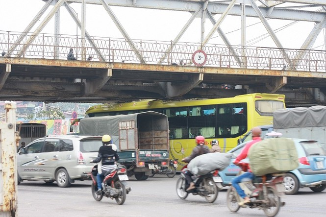 Xe khách kẹt gầm cầu Long Biên - ảnh 2