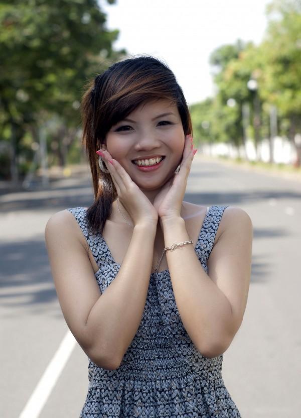 Nữ sinh Đại học Nguyễn Tất Thành khoe dáng - ảnh 2