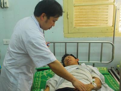 Bác sĩ chăm sóc cho nạn nhân vụ tai nạn