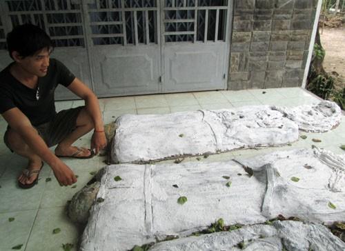 """Ông Nguyễn Thanh Phong, công an viên phụ trách địa bàn ấp Long Hải cho biết, sau khi nhận đơn tố cáo của người dân, chính quyền đã vận động chủ nhà phá bỏ các bức tượng kinh dị. """"Ông ấy hứa 2 tháng sẽ dẹp hết. Nếu ông ấy không thực hiện vận động thì buộc xã sẽ cho lực lượng xuống phá bỏ"""", ông Phong cho biết"""