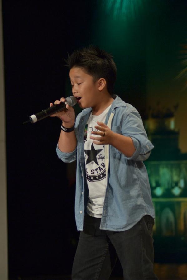 Bé Lê Nguyên trình diễn rất chuyên nghiệp trên sân khấu