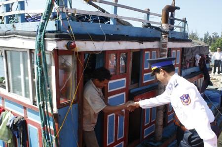 Quảng Nam: 11 ngư dân gặp nạn trở về an toàn - ảnh 7