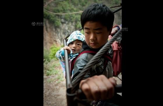 Đứng tim cảnh người dân 'đu' qua hẻm núi - ảnh 1