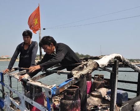 Tàu cá QNg - 96382 bị cháy trụi ca bin do tàu Trung Quốc tấn công