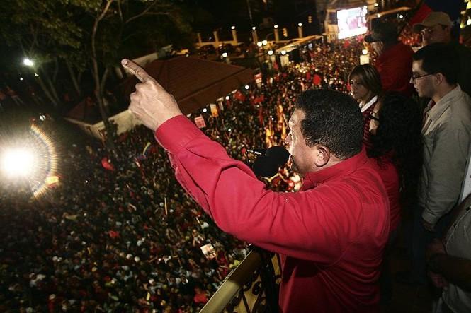 Tổng thống Hugo Chavez có mặt trước công chúng trong một cuộc trưng cầu dân ý năm 2009