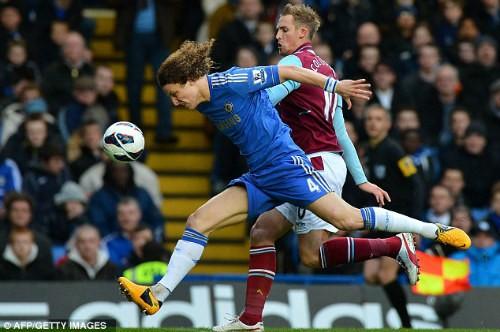 Luiz chơi khá hay trước khi ra sân nhường chỗ cho John Terry do dính chấn thương