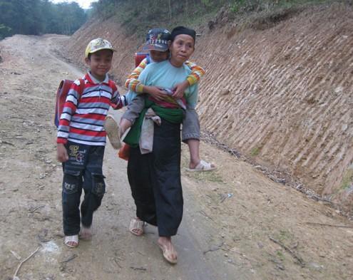 Ba bà cháu cõng nhau đi học hàng sáng. Ảnh: Hoàng Phương
