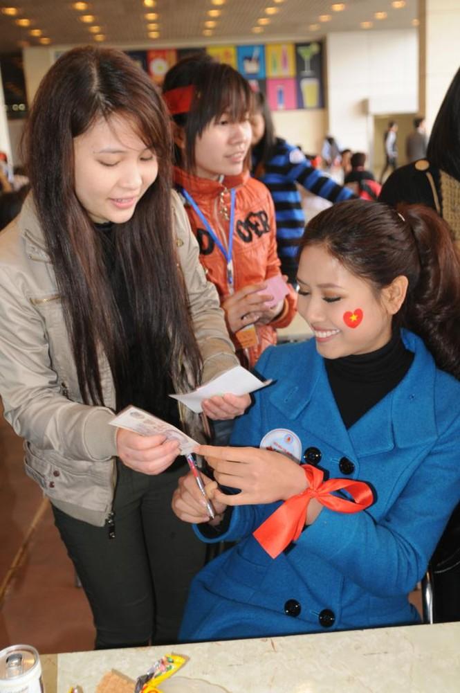 Nhiều bạn trẻ đến xin chữ ký của hai hoa hậu