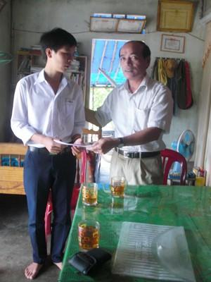 Không chỉ trích tiền túi duy trì giúp đỡ những hoàn cảnh đặc biệt, cán bộ huyện Phong Điền còn thường xuyên thăm nom, động viên, chia sẻ khó khăn với người có hoàn cảnh không may. Ảnh: Ng.Văn