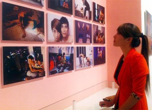Tú xem triển lãm về người đồng tính - The Pink Choice. Ảnh: NVCC