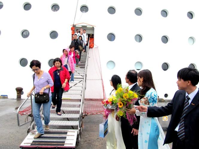 Du khách quốc tế đến Đà Nẵng bằng tàu du lịch. Ảnh: N.C