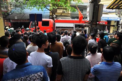Đám cháy thu hút đám đông hiếu kỳ khiến lực lượng chức năng phải vất vả để dẹp đường cho xe cứu hỏa vào làm nhiệm vụ