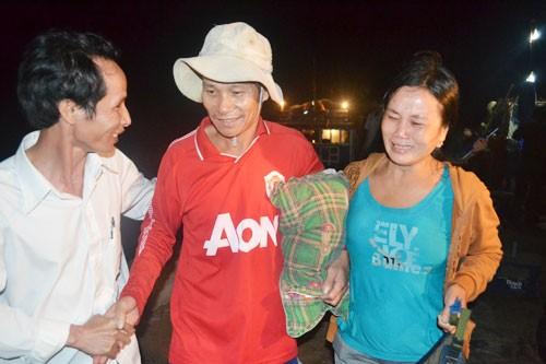 Những giọt nước mắt mừng vui trên khuôn mặt của chị Bùi Thị Vang khi gặp chồng là ngư dân Trần Tư