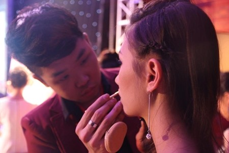 Thái Thành trang điểm cho người mẫu trong Cuộc thi Đẹp cùng cây cọ vàng