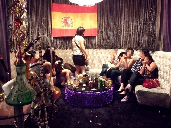Những cô gái hút Shisha tại bar ValVet - Ảnh T.H.V