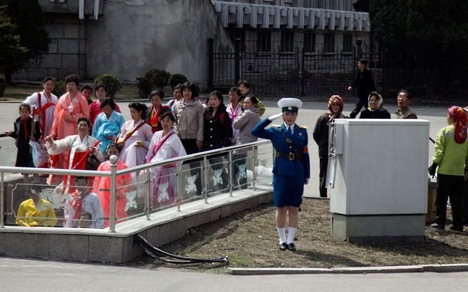 Nữ cảnh sát đang làm nhiệm vụ trên một ga tàu điện ngầm ở Bình Nhưỡng.