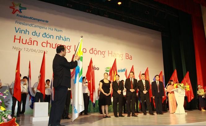 Ông Trần Xuân Lộc, Bí thư tỉnh ủy, Chủ tịch Hội đồng nhân dân tỉnh Hà Nam trao Huân chương cho Cty FrieslandCampina Hà Nam.