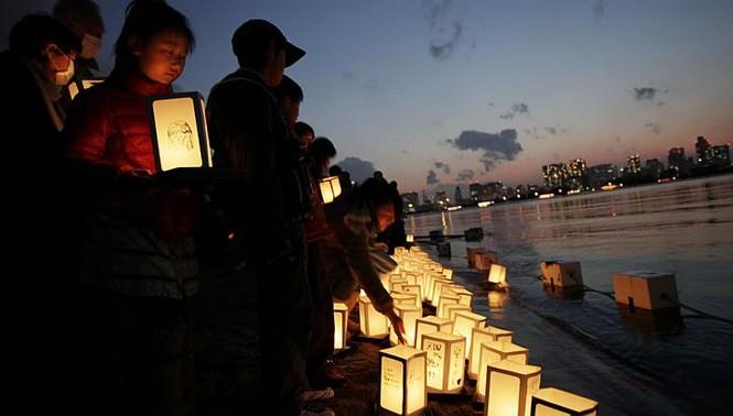 Đèn lồng được thả trên vùng vịnh Tokyo, Nhật Bản để tưởng nhớ các nạn nhân vụ thảm họa động đất sóng thần