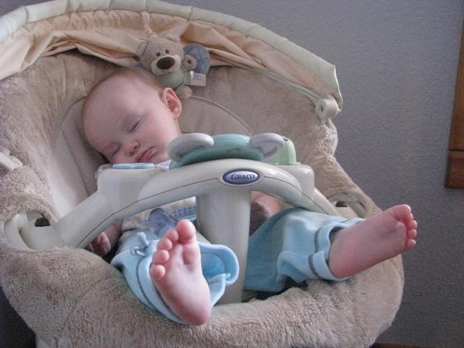 Những kiểu ngủ gật đáng yêu của bé - ảnh 17