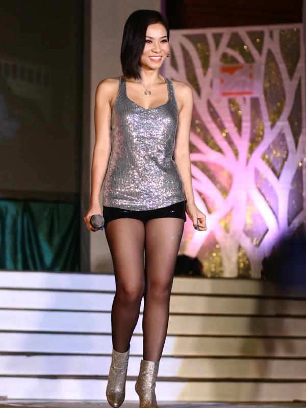 Thu Minh Xuất hiện trên sân khấu với nụ cười thân thiện