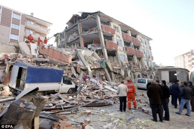 Hàng trăm người vẫn đang bị mắc kẹt trong đống đổ nát của toà nhà cao tầng ở trung tâm thị trấn Ercis