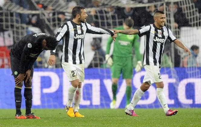 Các cầu thủ Juventus (áo sọc đỏ đen) dễ dàng bước vào vòng tứ kết Champions League. Ảnh: Reuters