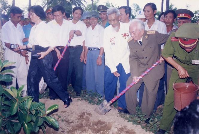 Đại tướng trồng cây ở Chùa An Xá