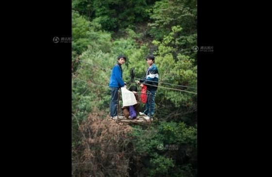 Đứng tim cảnh người dân 'đu' qua hẻm núi - ảnh 5
