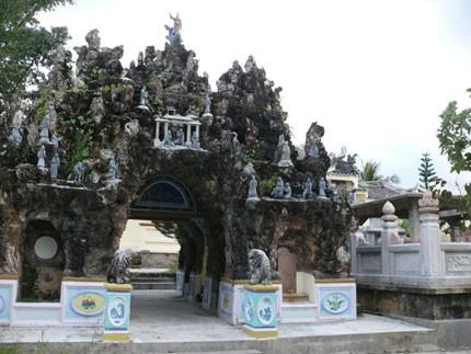 Kiến trúc độc đáo trong khu lăng mộ qua thời gian đã bị hao mòn đi nhiều