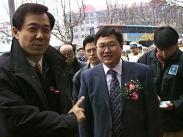 Ông Bạc Hi Lai (trái) trong một lần xuất hiện cùng tỉ phú Từ Minh - Ảnh: Southern People Weekly