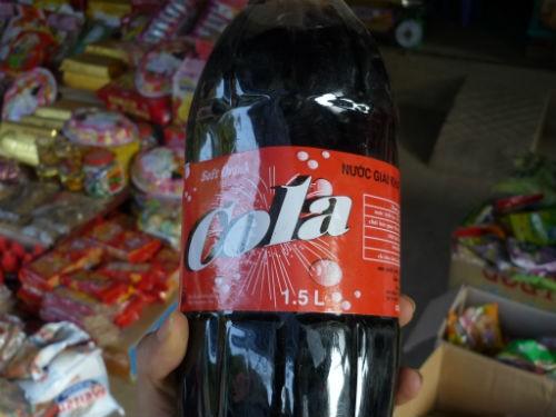 Với kiểu dáng na ná các thương hiệu nổi tiếng, chai cola này được nhiều người mua hơn cả