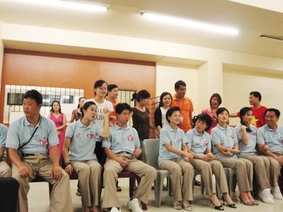 Thanh niên Triều Tiên đồng phục chỉn chu trong đêm giao lưu. Ảnh: T.Đ