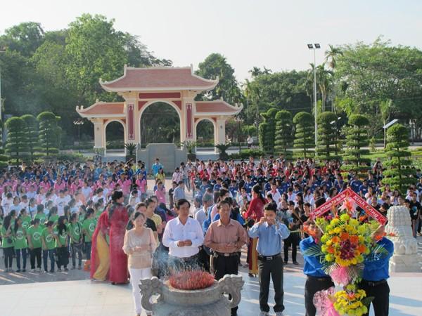 Học sinh Trường THPT chuyên Phan Ngọc Hiển báo công thành tích học tập, rèn luyện…tại Khu tưởng niệm Bác Hồ