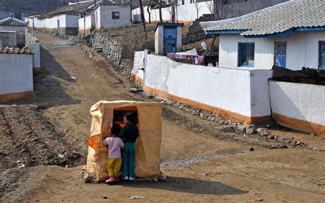 Trẻ em mua quà tại vùng nông thôn Triều Tiên