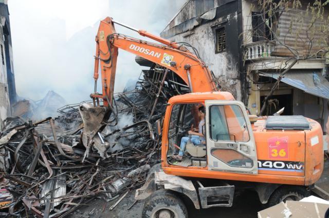 Nhà năm tầng thành đống đổ nát vì hỏa hoạn - ảnh 1