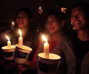 Người dân Philippines thắp nến tham gia giờ Trái đất