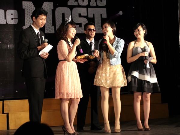 Trong đêm thi, khán giả còn được chứng kiến khả năng dẫn chương trình và xử lý tình huống của các thí sinh