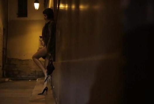 Cảnh các người mẫu lả lơi, đi đứng loạng choạng, liếc mắt đưa tình. Ảnh: Cắt từ clip
