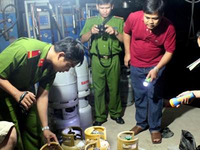 PC46 Công an tỉnh Long An kiểm tra cơ sở sang chiết gas trái phép Hoàng Linh đêm 24-2